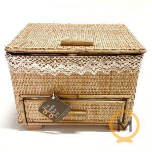 costurero mimbre color miel con un cajón
